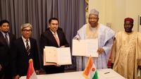 Penandatanganan kontrak pengerjaan proyek renovasi Istana Presiden Niger oleh Direktur Operasional III WIKA, Destiawan dan Kepala Kabinet Niger, Ouhoumoudou Mahamadou (9/8/2018) (sumber: Kemlu RI)