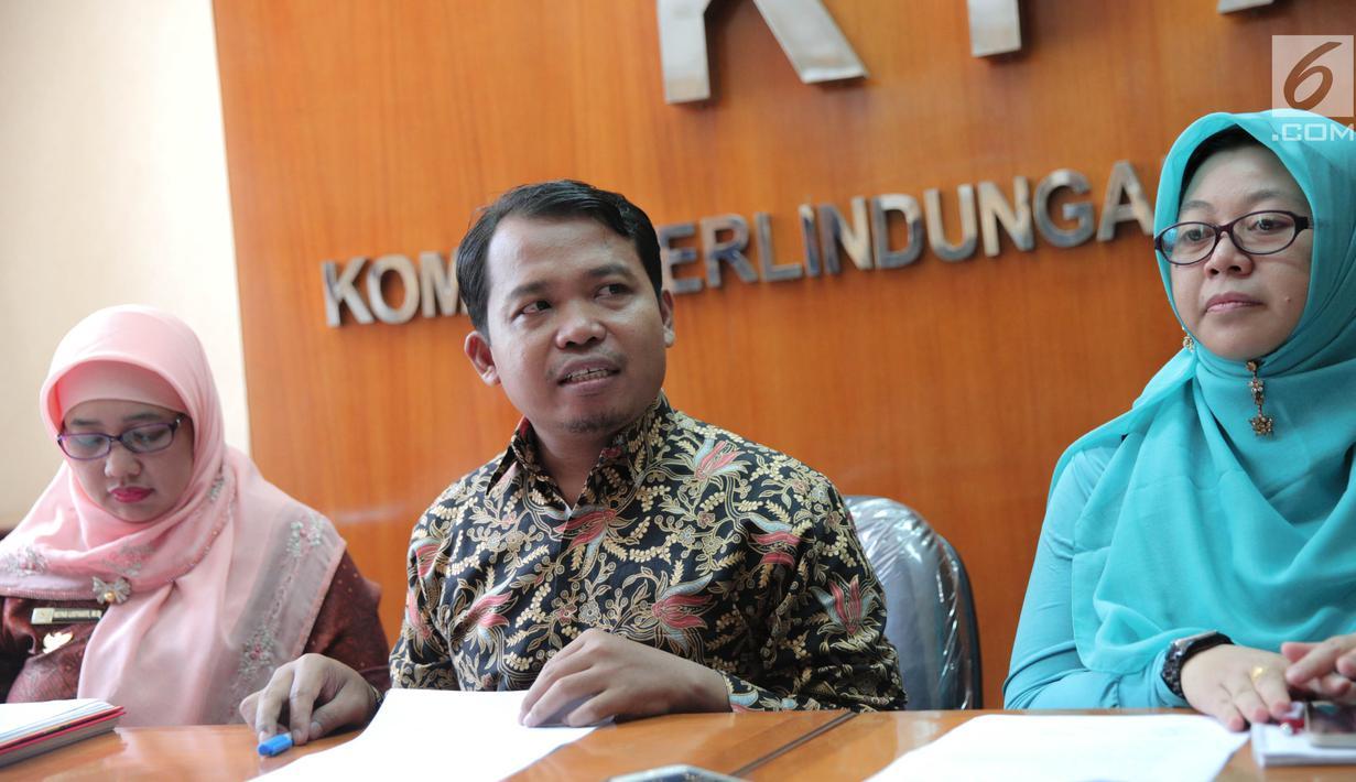 Ketua KPAI Susanto dan Komisioner KPAI Margaret Aliyatul Maimunah memberikan keterangan pers di Gedung KPAI, Jakarta, Jumat (22/9). Konferensi tersebut terkait video gay anak-anak dilini masa twitter. (Liputan6.com/Faizal Fanani)