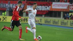 Gelandang Serbia, Nemanja Matic, berusaha melewati gelandang Austria, Florian Grillitsch, pada laga kualifikasi Piala Dunia 2018 di Stadion Ernst Happe, Wina, Jumat (6/10/2017). Austria menang 3-2 atas Serbia. (Bola.com/Reza Khomaini)