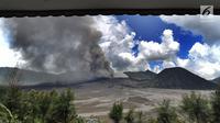 Pemandangan erupsi Gunung Bromo di kawasan Ngadisari, Probolinggo, Jawa Timur, Senin (25/3). Erupsi Gunung Bromo dengan status level II (waspada) menjadi daya tarik bagi wisatawan untuk menikmati atraksi alam. (merdeka.com/Arie Basuki)