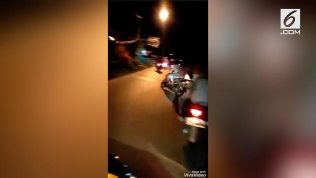 Sebuah video viral menunjukkan aksi sekelompok pemotor yang ugal-ugalan di jalan. Aksi pemotor ini membuat resah pengendara lainnya.