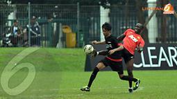 Dwight Yorke terlihat ikut berlatih bersama para fans Manchester United usai Training Camp Ayo Indonesia Bisa di Lapangan C Senayan Jakarta pada Kamis 14 November 2013 (Liputan6.com/Helmi Fithriansyah).