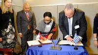 Menteri Luar Negeri RI Retno Marsudi dan Menteri Luar Negeri Yunani Nikos Kotzias menandatangani perjanjian bebas visa untuk pemegang paspor diplomatik dan dinas (25/9) (sumber: Kemlu RI)