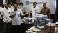 BNN mengungkap kasus Tindak Pidana Pencucian Uang (TPPU) hasil penjualan narkoba di kantor BNN, Jakarta, Selasa (13/6). BNN menyita aset dan uang hasil TPPU kasus narkoba dengan total nilai Rp39 miliar dari kedua kasus berbeda. (Liputan6.com/Yoppy Renato)