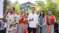 Gibran Rakabuming Raka dilepas sang istri untuk mendaftar sebagai calon wali kota Solo ke DPD PDIP Jawa Tengah, Kamis (12/12/2019). (Liputan6.com/ Fajar Abrori)