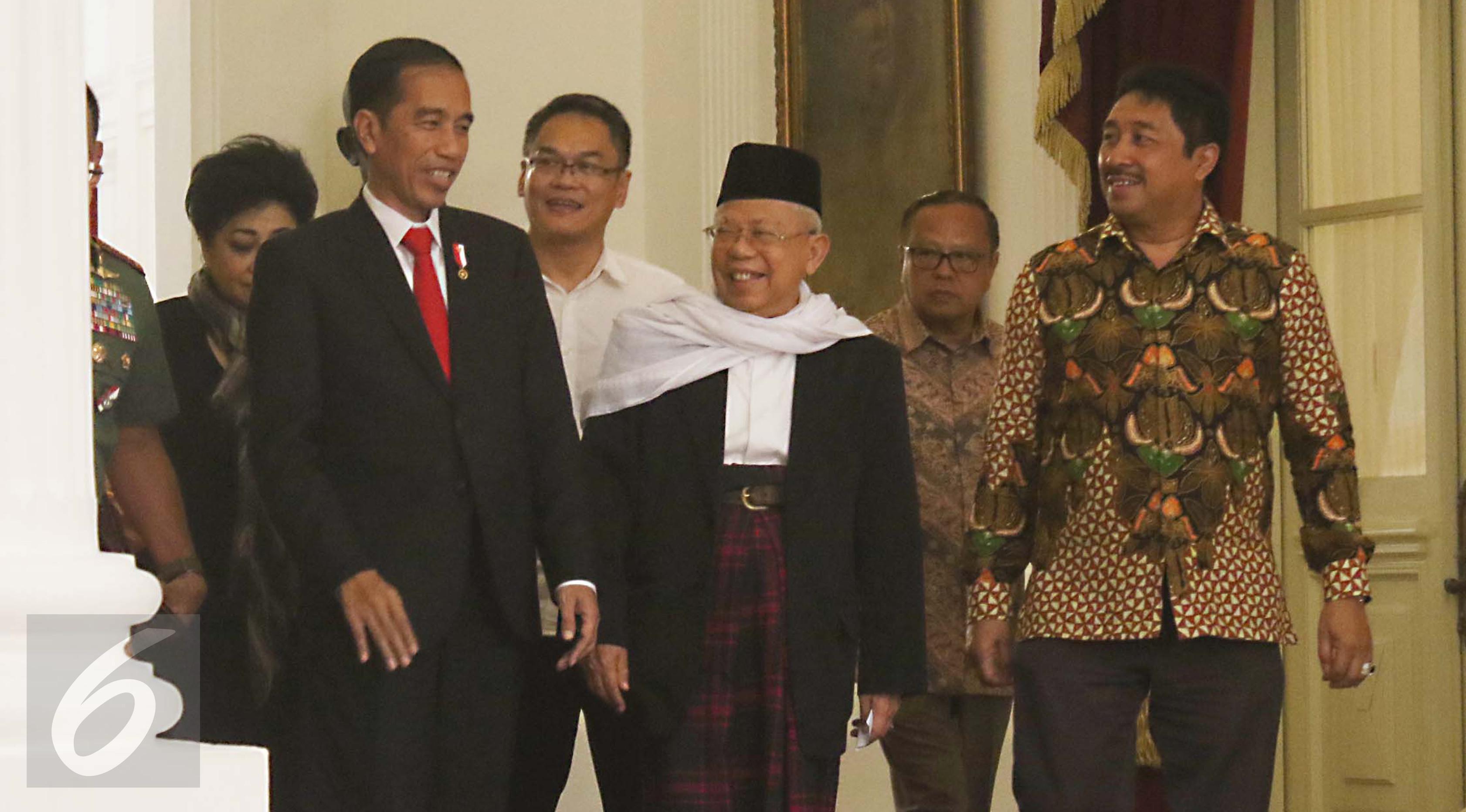 Presiden Jokowi saat menerima delapan tokoh dari organisasi lintas agama di Istana Merdeka, Jakarta, Selasa (16/5). Perwakilan organisasi yang hadir antara lain PBNU, Muhammadiyah, MUI, Wali Gereja Indonesia, PGI dan lainnya. (Liputan6.com/Angga Yuniar)