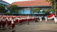 Ilustrasi siswa-siswi sekolah mengikuti upacara bendera.
