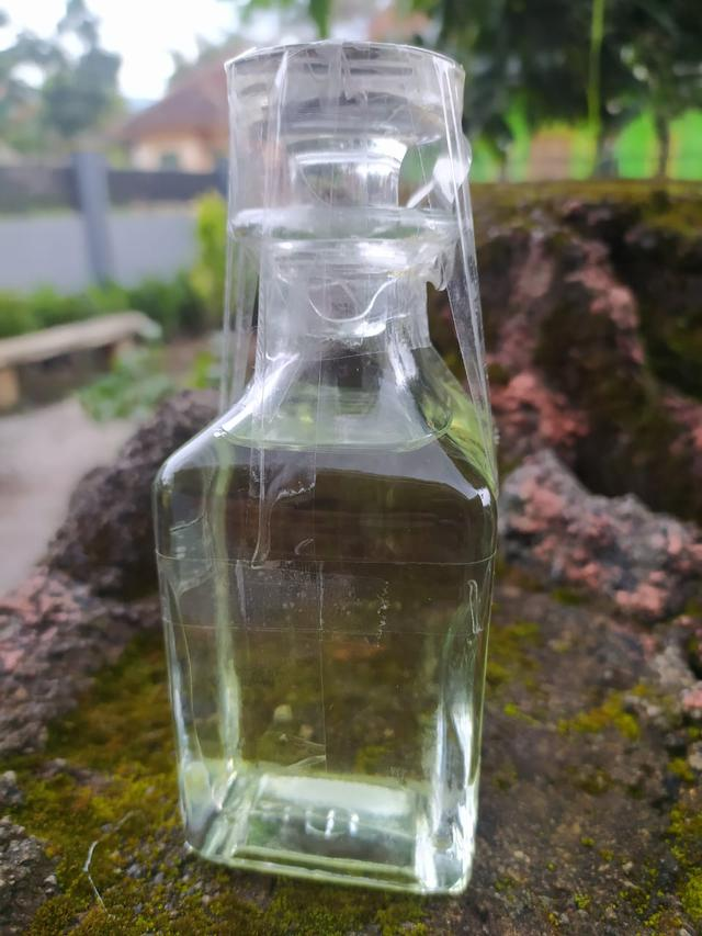 Minyak atsiri jeruk purut asal Garut, Jawa Barat, ternyata memiliki senyawa ikatan kimia yang hampir sama dengan minyak Bergamot Italia yang biasa digunakan menjadi bahan parfum dunia.