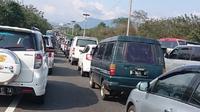 Kemacetan di tol arah Cileunyi, Jawa Barat. (@Petroduta)