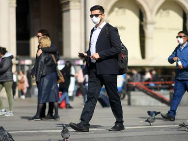 Warga memakai masker berjalan di Milan, Italia (24/2/2020). Kepala Departemen Perlindungan Sipil sekaligus Komisaris Luar Biasa untuk Darurat Coronavirus, Angelo Borrelli mengatakan enam orang meninggal dan 222 lainnya teruji positif infeksi COVID-19 di Italia. (Xinhua/Daniele Mascolo)