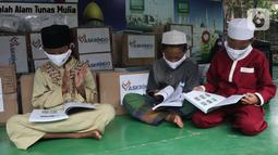 Anak-anak membaca buku cerita dan pelajaran pada aksi Peduli Pendidikan di Sekolah Alam Bantar Gebang, Bekasi, Jumat (5/3/2021). Sebanyak 500 buku pelajaran dan 300 paket kesehatan berupa masker dan multivitamin senilai Rp 25 juta didonasikan dalam mendukung dunia pendidikan. (Liputan6.com/HO/Iqbal)