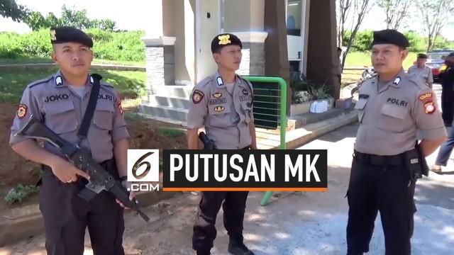 Seiring berjalannya sidang sengketa Pilpers di Mahkamah Konstitusi (MK), rumah Wakil Ketua MK Prof. Aswanto, dijaga ketat aparat kepolisian di Jalan Tun Abd Razak, tepatnya di Cluster Golden Garnet, Kabupaten Gowa, Sulawesi Selatan.
