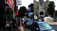 Turis mancanegara berjalan di kawasan Monumen Ground Zero di Jalan Legian, Kuta, Bali. (Yudha Maruta/Liputan6.com)