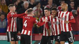 Striker Sheffield United Lys Mousset (kedua kanan) merayakan dengan rekan setimnya setelah dia berhasil mencetak gol ke gawang Arsenal pada pertandingan Liga Inggris di Bramall Lane, Sheffield, Inggris, Senin (21/10/2019). Sheffield United menang1-0. (Oli SCARFF/AFP)