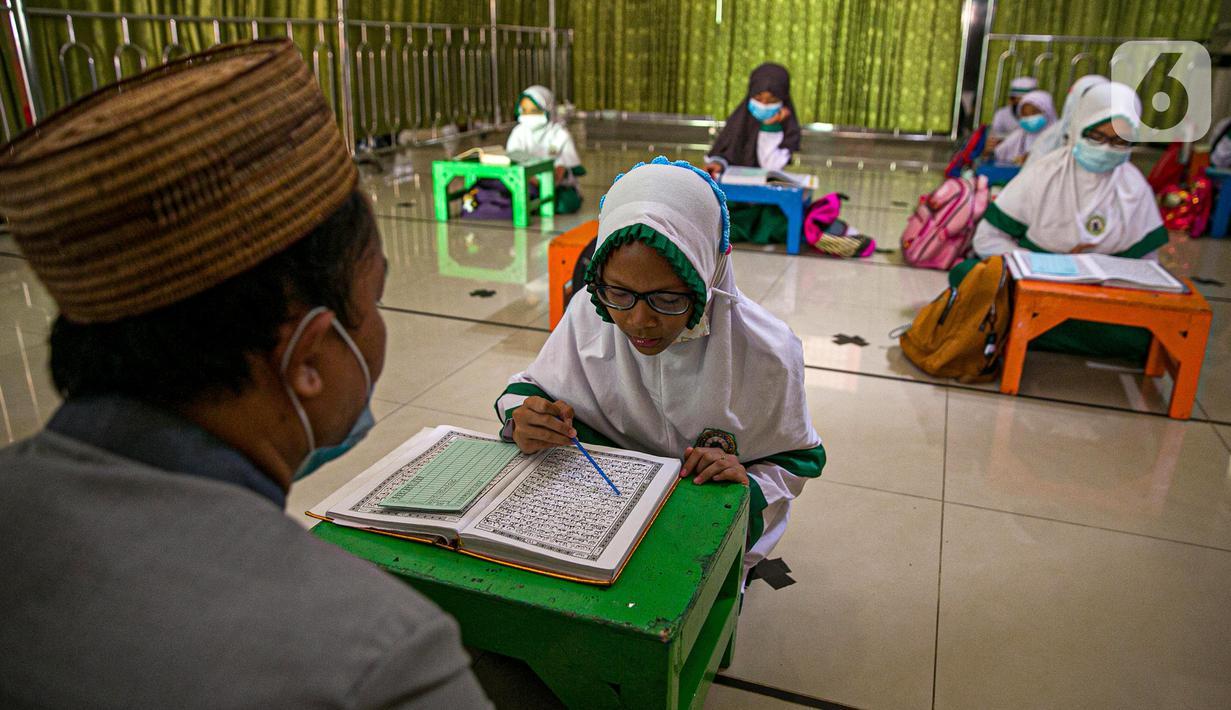 Anak-anak belajar mengaji di Masjid At-Taqwa, Jakarta, Rabu (14/4/2021). Kegiatan tersebut dilakukan secara rutin untuk mengisi waktu di bulan suci Ramadhan. (Liputan6.com/Faizal Fanani)