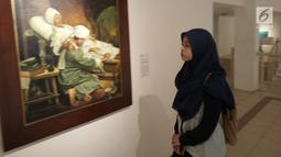 Pengunjung melihat lukisan saat acara pameran gambar Babad Diponegoro di Yogyakarta,  Minggu (10/2). Pameran ini disajikan sejumlah 50 kisah yang diambil dari Babad Diponegoro yang memiliki lebih dari 100 pupuh dalam 10000 halaman. (Liputan6.com/Gholib)