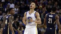 Ekspresi Pemain Golden State Warriors, Stephen Curry  usai mencetak poin bagi timnya saat  melawan Indiana Pacers pada laga NBA Oracle Arena,Oakland, California, (5/12/2016). (AP/Ben Margot)