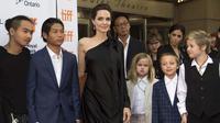 Kedekatan Jolie dengan anak-anak memang lebih erat dibandingakan Pitt yang sejauh ini jarang bertemu. Berikut pernyataan Maddox, anak sulung Pitt dan Jolie mengenai ibunya. (AFP/Valerie Macon)