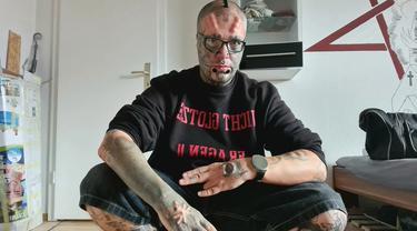 Pria asal Jerman yang memotong kedua daun telinganya sendiri agar kepalanya terlihat mirip seperti tengkorak, dipicu oleh kegemarannya akan tato (@mr._skull_face_666)