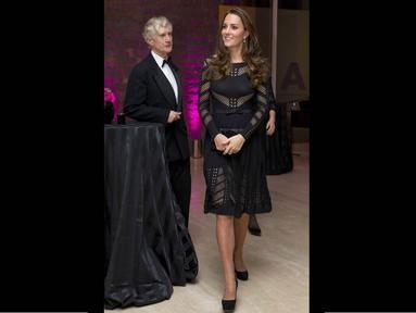 Kate Middleton tampil memukau di salah satu ajang amal di London, Inggris, (23/10/14). (AFP PHOTO/Justin Tallis)