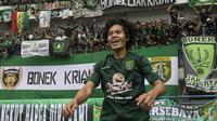 Striker Persebaya, Rishadi Fauzi, merayakan kemenangan atas Martapura FC pada laga semifinal Liga 2 2017 di Stadion GBLA, Bandung, Sabtu (25/11/2017). Persebaya menang 3-1 atas Martapura FC. (Bola.com/Vitalis Yogi Trisna)