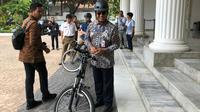 Gubernur DKI Jakarta Anies Baswedan mendatangi DPR RI menggunakan sepeda, Rabu (25/9/2019). (Liputan6.com/ Delvira Chaerani Hutabarat)