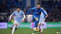 Cristiano Ronaldo (kanan) berusaha menggiring bola dan melepaskan diri dari kawalan pemain SPAL. (Dok. Juventus)