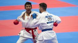 Karateka Indonesia, Rifki Ardiansyah Arrosyiid, saat beraksi pada Asian Games di JCC Senayan, Jakarta, Minggu (26/8/2018). Rifki berhasil medapat medali emas di nomor kumite 60 kilogram. (Bola.com/Peksi Cahyo)
