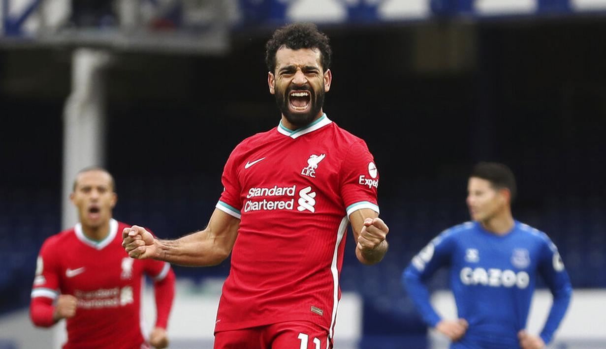 Pemain Liverpool Mohamed Salah (11) melakukan selebrasi usai mencetak gol ke gawang Everton pada pertandingan Liga Premier Inggris di Stadion Goodison Park, Liverpool, Inggris, Sabtu (17/10/2020). Pertandingan berakhir dengan skor 2-2. (Cath Ivill/Pool via AP)