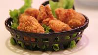 Simak cara tepat menggoreng ayam agar tampak renyah, gurih dan lezat. (Foto: pixabay)