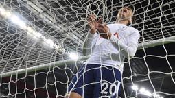 Ekspresi pemain Tottenham Hotspur, Dele Alli setelah gagal mencetak gol ke gawang West Ham United pada lanjutan Premier League di Wembley Stadium, London, (4/1/2018). Spurs bermain imbang 1-1 kontra West Ham. (AFP/Glyn Kirk)