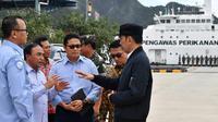Presiden Joko Widodo (kanan) berbincang dengan para pejabat saat melakukan kunjungan kerja di Sentra Kelautan Perikanan Terpadu (SKPT), Natuna, Kepulauan Riau, Rabu (8/1/2020). Kunjungan Jokowi tersebut pascakapal coast guard milik China berlayar di perainan laut Natuna. (HO/PRESIDENTIAL PALACE/AFP)