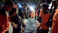 Tim Basarna melakukan evakuasi terhadap jasad Timothy Allen (35) yang tenggelam di perairan Samudra Hindia pada Sabtu malam (Liputan6.com/Yuliardi Hardjo)