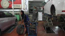 Montir perempuan Pakistan Uzma Nawaz (24) ketika bekerja di sebuah bengkel kota Multan, 1 September 2018. Uzma selama bertahun-tahun berjuang untuk mengatasi tantangan gender  dan finansial dalam meraih gelar sarjana teknik. (S.S. Mirza/AFP)