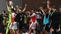 Para pemain dan ofisial AS Monaco merayakan kepastian juara timnya setelah menang 2-0 atas Saint-Etienne di Stade Louis II, Monaco, Rabu (17/5/2017). (AFP/Boris Horvat)
