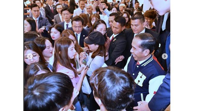 Presiden Joko Widodo berfoto selfie dengan mahasiswa Korea Selatan usai menghadiri kuliah umum di Hankuk University (Foto: Instagram @kemensetneg.ri)