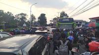 Kawasan Puncak, Bogor mengalami kemacetan, Sabtu (9/11/2019). (Liputan6.com/ Achmad Sudarno)