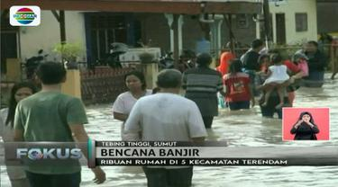 Arus banjir yang cukup deras dari luapan Sungai Padang di Kota Tebing Tinggi, Sumatera Utara, membuat warga harus ekstra hati-hati.