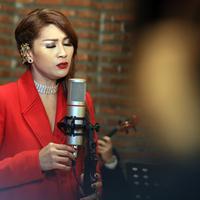 Sejak lama Tata Janeeta bersahabat dengan Maia Estianty. Apalagi, saat itu pernah satu manajemen. Untuk proyek barunya, Tata mengandeng musisi Maia sebagai produser. (Deki Prayoga/Bintang.com)