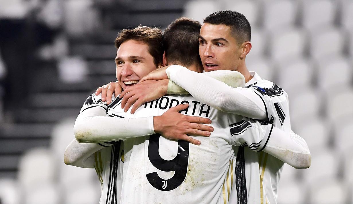 Striker Juventus, Alvaro Morata bersama Cristiano Ronaldo dan Federico Chiesa merayakan gol ke gawang Dynamo Kiev pada laga Liga Champions di Stadion Allianz, Kamis (3/12/2020). Juventus menang dengan skor 3-0. (Marco Alpozzi/LaPresse via AP)