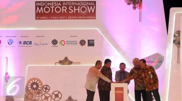 Wakil Presiden, Jusuf Kalla (tengah) bersama dua menteri menekan tombol tanda dibukanya Indonesia Internasional Motor Show (IIMS) 2017 di Jakarta, Kamis (27/4). IIMS 2017 akan berlangsung hingga 7 Mei 2017. (Liputan6.com/Helmi Fithriansyah)