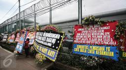 Pekerja menata karangan bunga pesanan dari pendukung Basuki Tjahaja Purnama atau Ahok di depan Rutan Cipinang, Jakarta, Rabu (10/5). Karangan bunga terus berdatangan, meski Ahok sudah dipindahkan ke Rutan Mako Brimob, Depok. (Liputan6.com/Faizal Fanani)