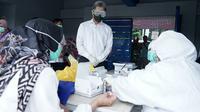 Petugas medis mengikuti rapid test virus corona Covid-19 di GOR Bogor. (Liputan6.com/Achmad Sudarno)