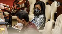 Menteri Keuangan Sri Mulyani (tengah) saat rapat kerja dengan Komisi XI DPR di Kompleks Parlemen, Senayan, Jakarta, Senin (24/8/2020). Sri Mulyani memastikan pencairan bantuan Rp 600 ribu bagi para pekerja yang memiliki gaji di bawah Rp 5 juta akan dimulai pekan ini. (Liputan6.com/Johan Tallo)
