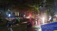 Hujan mengguyur Surabaya pada Selasa, 3 Maret 2020 sehingga terjadi banjir di sejumlah wilayah di Surabaya. (Foto: Liputan6.com/Dian Kurniawan)