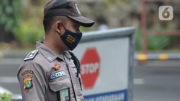 Seorang Satuan Pengamanan (Satpam) terlihat di salah satu perkantoran kawasan Jakarta, Selasa (16/2/2021). Seragam baru berwarna cokelat mirip seragam polisi tersebut untuk memuliakan Satpam dan menjadikan unsur pengamanan menjadi bagian penting dalam suatu aktivitas. (merdeka.com/Imam Buhori)