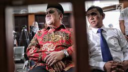 Wakil Ketua DPR Fahri Hamzah (kiri) saat akan menjadi saksi sidang lanjutan kasus penyebaran berita bohong atau hoaks dengan terdakwa Ratna Sarumpaet di PN Jakarta Selatan, Selasa (7/5/2019). Fahri adalah rekan lama Ratna saat keduanya masih berkecimpung di dunia aktivis. (Liputan6.com/FaizalFanani)