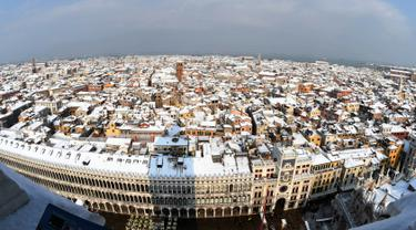 Pemandangan udara salju menutupi atap rumah dan bangunan saat hujan salju lebat terjadi di Venesia, Italia, Rabu (28/2). Cuaca ekstrem dan salju melanda negeri tersebut dan menciptakan temperatur di bawah nol selama beberapa hari. (Andrea PATTARO/AFP)