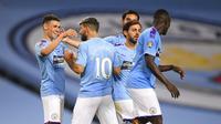 Para pemain Manchester City merayakan gol yang dicetak oleh Phil Foden ke gawang Arsenal pada laga Premier League di Stadion Etihad, Rabu (17/6/2020). Manchester City menang 3-0 atas Arsenal. (AP/Laurence Griffiths)