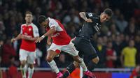 Alexis Sanchez (kiri) berebut bola dengan Roberto Firmino. (Reuters/Eddie Keogh)